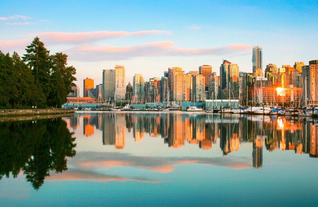 Paysage des tours de Vancouver, au Canada, pendant un couché de soleil